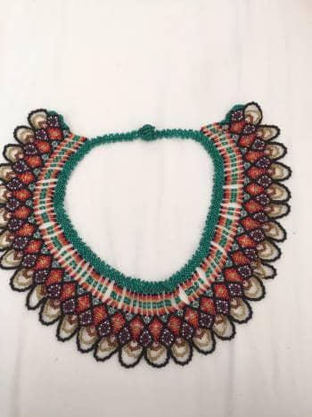 Collar multicolor tejido